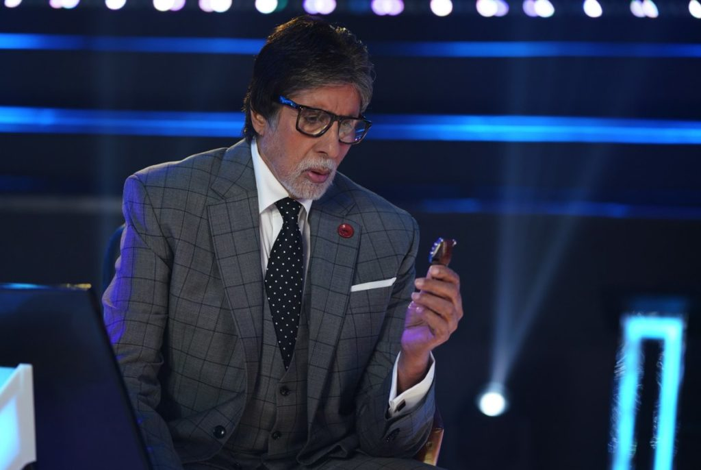 Amitabh Bachcan watching watch on the kBC set
