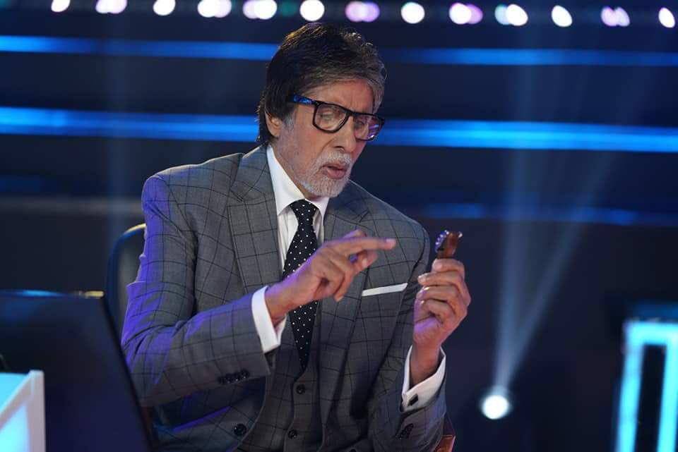 Amitabh Bachchan watching clock KBC 10